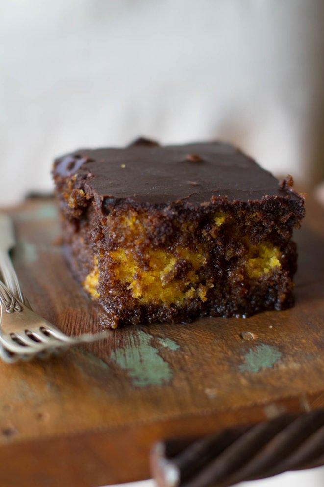 Bolo de cenoura com calda crocante de chocolate | A química dos bolos